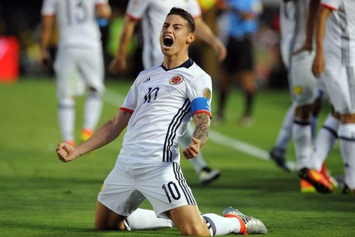 Хамес Родригес празднует выход своей сборной в полуфинал / Getty Images