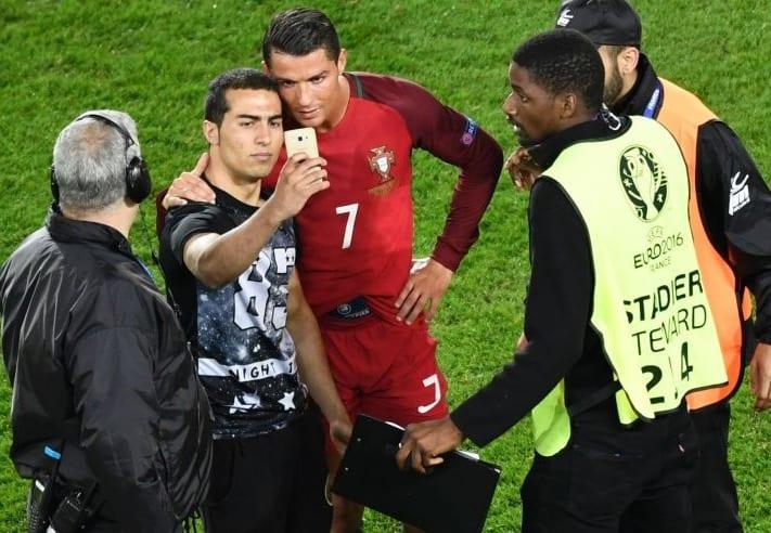 Криштиану Роналду с фанатом, AFP