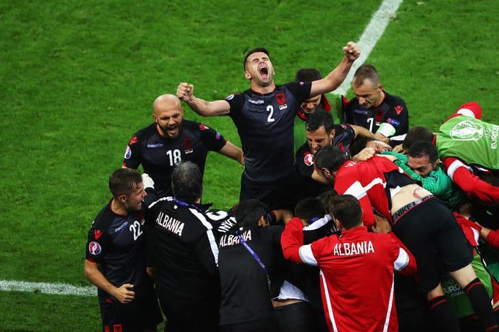 Футболисты сборной Албании празднуют забитый гол / Getty Images
