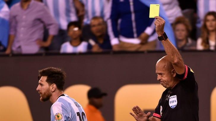 Хебер Лопес показывает желтую карточку / Getty Images