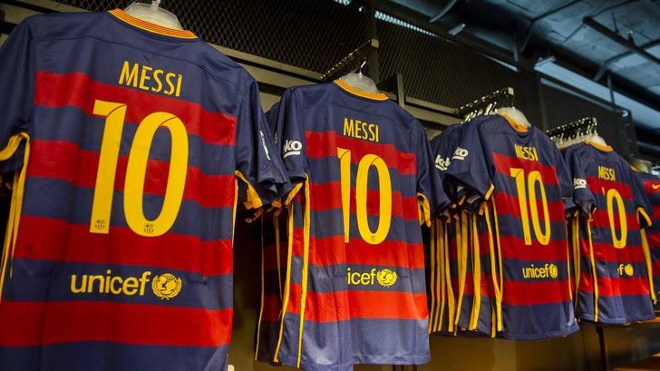 """Логотип ЮНИСЕФ на игрофой форме """"Барселоны"""""""