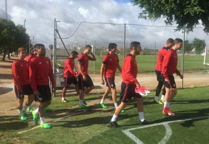 """Игроки """"Севильи"""" на тренировке, sevillafc.es"""