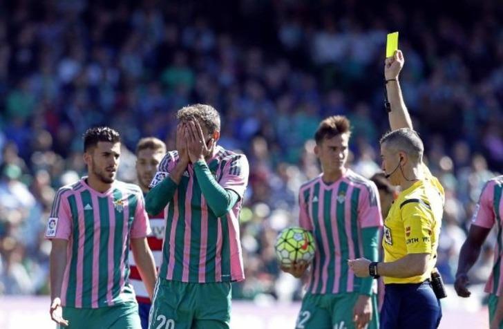 Первая желтая карточка в матче / Фото: Рамон Наварро