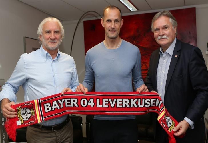 Хайко Херрлих (в центре), bayer04.de