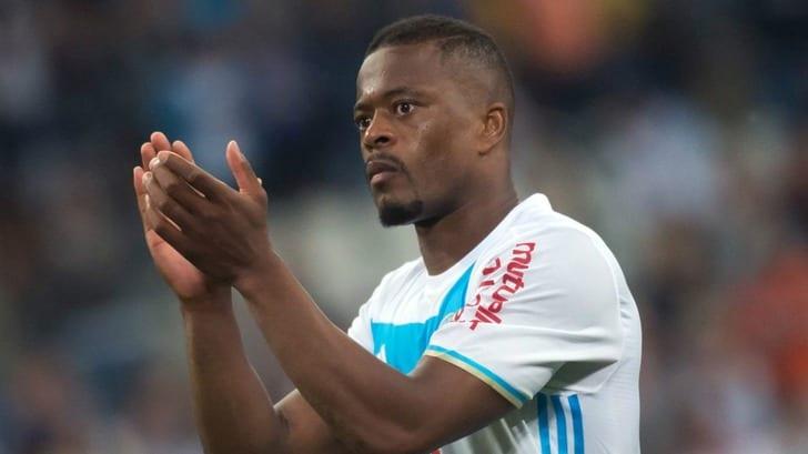 Футболист «Марселя» Эвра ударил поклонника ногой вголову перед матчем с«Виторией»