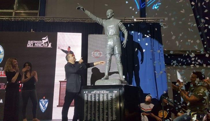 Устадиона «Велес Сарсфилда» возникла скульптура Чилаверта