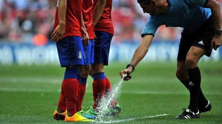Изобретатель исчезающего спрея требует отФИФА 100млневро