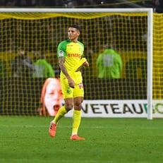 Желтая карточка Диего Карлоса, которого ударил арбитр, отменена