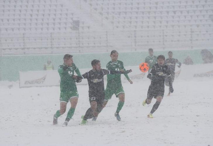 Матч «Карпаты»— «Олимпик», прерванный из-за сильного снегопада, будет доигран 21февраля