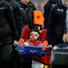 Окслейд-Чемберлен получил травму и покинул поле на носилках