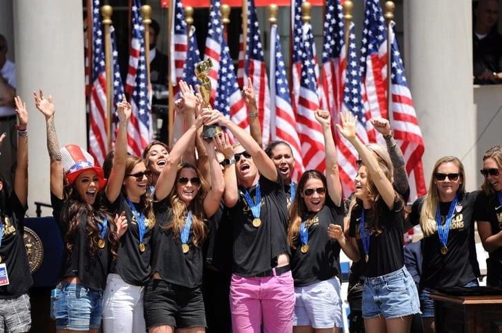 Футболистки женской сборной США празднуют победу на чемпионате мира / Фото: nydailynews.com
