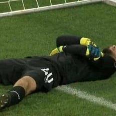 Голкипер Туниса Муэз Ассен получил травму в матче против Англии