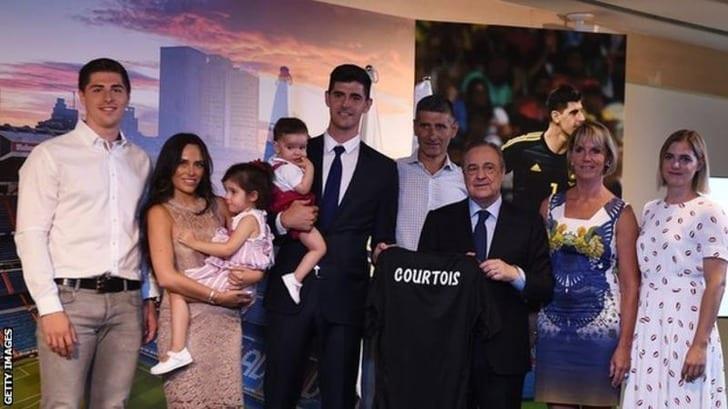"Тибо Куртуа и его семья при подписании контракта с ""Реал Мадрид"" фото: Getty Images"